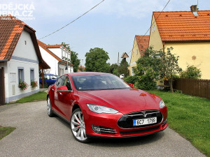 """""""Goodbye Oil, Welcome Electric!"""" Tesla S brázdí naše silnice"""