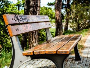 Praha testuje podobu nových laviček a košů, vybere je v říjnu