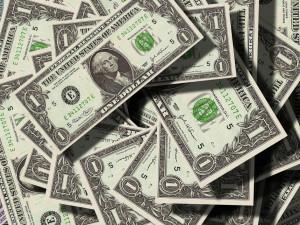 ČNB zadržela za pololetí méně padělaných korun a eur, dolarů více