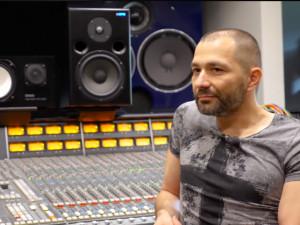 Česká muzika je dobrá. Byl bych rád, kdyby ji fanoušci podporovali, říká zvukový inženýr Ecson Waldes.