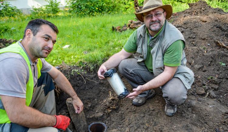 Pod pařezem Stromu republiky u Zlatého Lva našli schránku. Byla tam od roku 1946