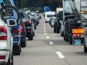 Kolik nás stojí čekání v dopravní zácpě? Řidiči pročekají desítky milionů…