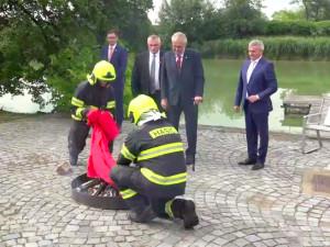 Miloš Zeman na happeningu na Hradě spálil červené trenýrky.