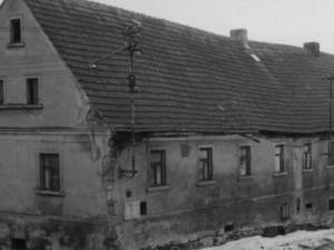 Dům Parkánových v Řepčicích. I když tudy vedly jen dvě skoro nepoužívané cesty, komunisté trvali na obratišti autobusu.