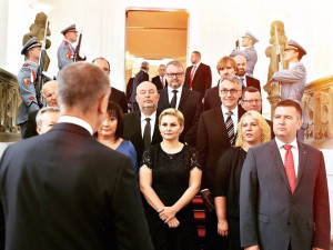Protest proti nové vládě Andreje Babiše. Lidé v Turnově drží řetězovou hladovku