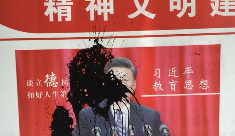 Dívka polila inkoustem plakát čínského vůdce Si Ťin-pchinga. Zmizela i s otcem