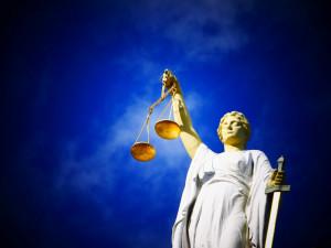 KOMENTÁŘ: Hromadné žaloby – dostane problém exekucí mladší sestru?