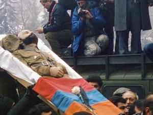 """Foto z knihy """"Proč jdou chlapi do války - Radan Haluzík""""."""