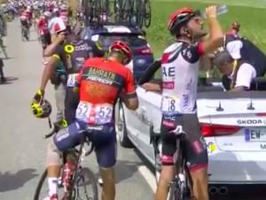 Slzný plyn a zásah policie. Demonstrace narušila úvod první pyrenejské etapy na Tour.