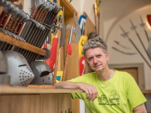 Výrobce dětské zbroje Jiří Havlis nyní cílí na Pána prstenů a říká: Zbraně chtějí cit a čas