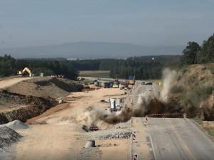 Výbuch a oblak prachu. Stavbaři odstřelovali horninu u budované dálnice D3.