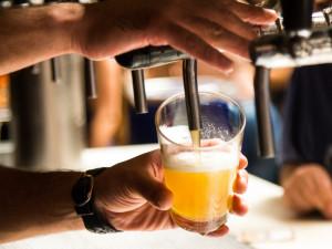 Horko zvyšuje odbyt slabších piv, ale vyhání lidi ze zahrádek