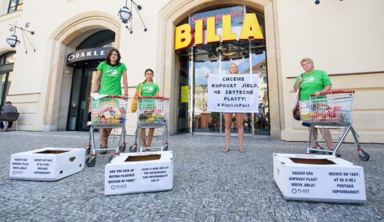 Greenpeace protestovalo před obchodem Billa proti přebytečným plastům