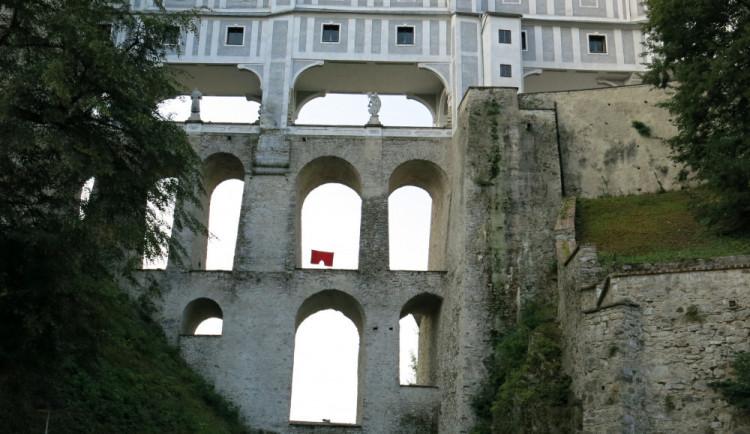V oblouku českokrumlovského státního hradu a zámku visely obří červené trenýrky