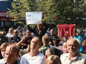 Hanba, křičely ženy na prezidenta při zahájení Země živitelky. Pouštěly Modlitbu pro Martu, držely transparent a velké červené trenýrky.