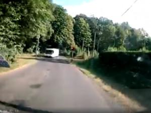 VIDEO: Hazard s lidskými životy. Autobus projel železničním přejezdem na červenou