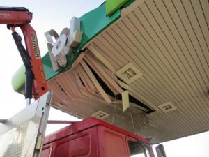 Řidič náklaďáku zapomněl složit hydraulické rameno, promáčkl jím střechu benzínové pumpy
