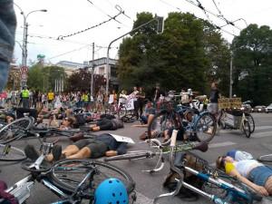 VIDEO: Desítky cyklistů zablokovaly vlastními těly provoz rušné křižovatky v centru Brna