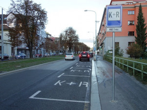 Znáte pravidla užívání parkovišť K+R? Ne každý je respektuje