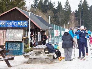 Bedřichov v Jizerských horách ucpali lyžaři, obec je uzavřena