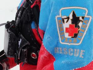 Záchranáři hledali za tmy běžkaře, zmrzlým lyžařům zachránili život