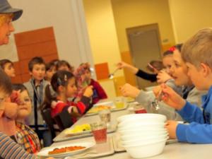 Plošné zavedení bezplatných obědů na základkách se nekoná. Koalice se shodla na rozšíření programu