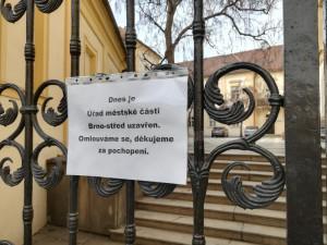 Po razii na radnici Brna-středu bylo v noci obviněno devět lidí.