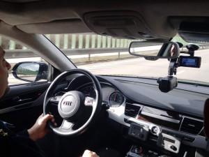 VIDEO: Policie na D11 nasadila do boje se zloději aut Audi A8