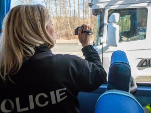 Policisté si na řidiče nově posvítí autobusem, vidí i do kabiny kamionů.