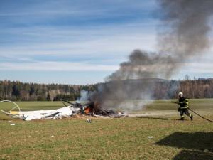 U Slavoňova na Náchodsku spadl vrtulník. Dva lidé zemřeli.