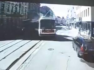 VIDEO: Palubní kamera odhalila pondělní čelní srážku trolejbusu s šalinou