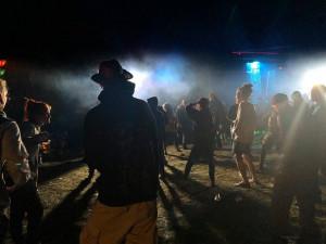 Policisté v noci ukončili nenahlášenou technoparty. Do lesa u Jenišovic se sjely desítky lidí