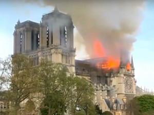 Katedrála Notre-Dame hoří, přišla o střechu i věž