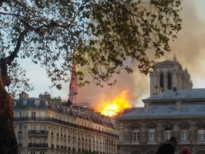 Požár katedrály Notre-Dame se podařilo dostat pod kontrolu