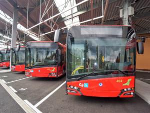 Řidička trolejbusu v Budějcích řídila pod vlivem drog, za jízdy si měla lakovat i nehty