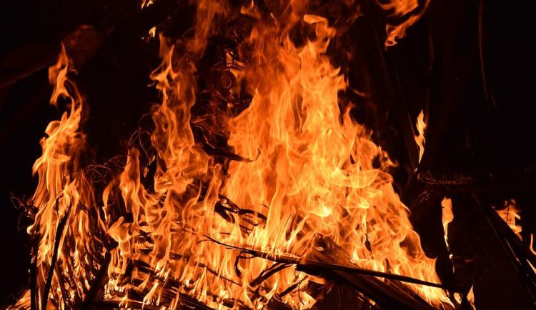 Nedaleko Prahy hoří les ve skalách nad Vltavou, nejezdily vlaky