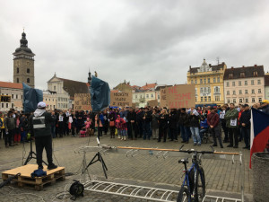 Česko dnes čekají demonstrace, předvolební kampaň i majáles