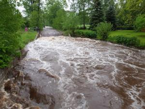 Po vydatném dešti stoupají řeky na severu ČR, pršet bude dál.