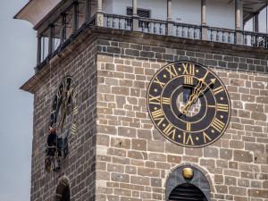 Hodiny na Černé věži v Budějcích po čtyřiceti letech září novotou. Speciální barvu vybírali památkáři.