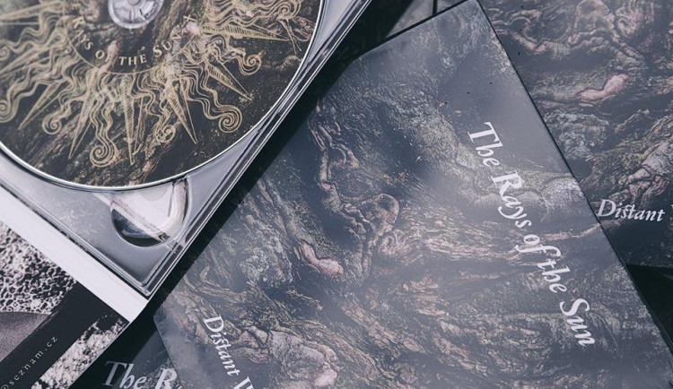 RECENZE: Dávná doomová kapela The Rays Of The Sun se studiově vrací po patnácti letech povedeným albem Distant Worlds