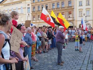 Tisíce lidí protestovaly v městech proti Babišovi a Benešové.