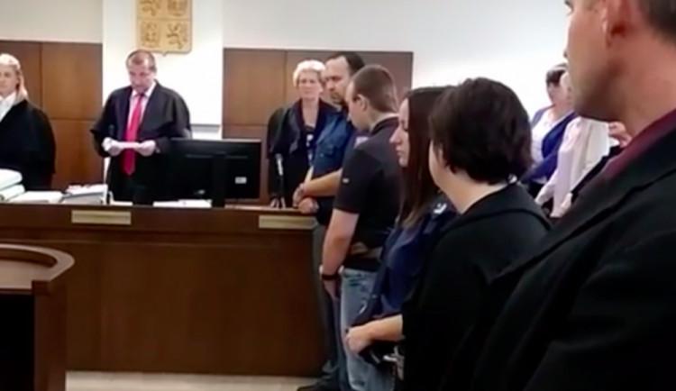 Odsouzená za vraždu otěhotněla ve věznici. Teď je v Jilemnici a místním se to nelíbí
