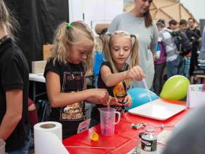 Před vysvědčením na Maker Faire Prague. Sedm aktivit, které s dětmi můžete vyzkoušet na festivalu kreativity.