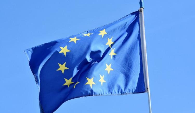 Češi nevěří institucím, EU není výjimkou