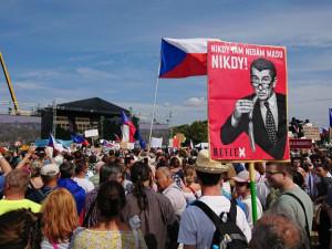 Na Letné podle organizátorů demonstruje čtvrt milionu lidí