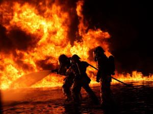 Hasičům při požáru ve vedru hrozí přehřátí, musí se střídat