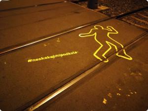 Lidské siluety varují Pražany před vstupem do tramvajové trati.