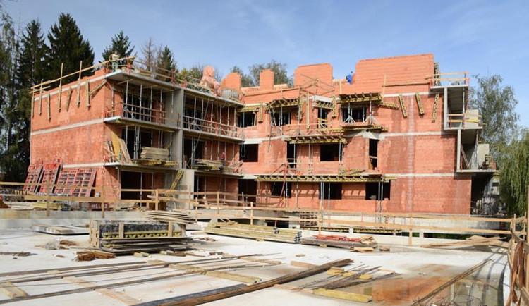 STUDIE: Češi musí na nové bydlení šetřit stále nejdéle v Evropě