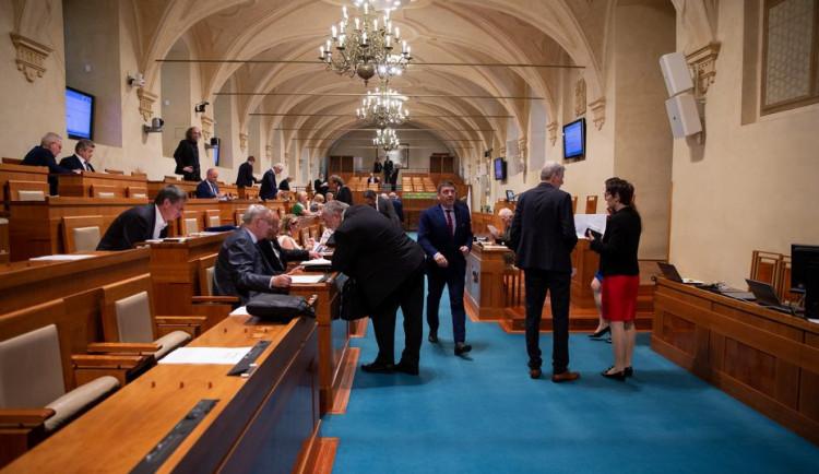 Horní komora obvinila vládu z pohrdání Senátem kvůli auditům Evropské komise