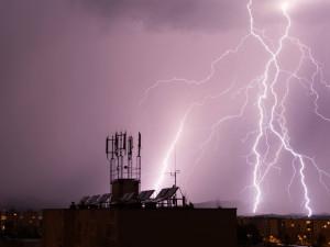 Česko o víkendu zasáhnou silné bouře s krupobitím